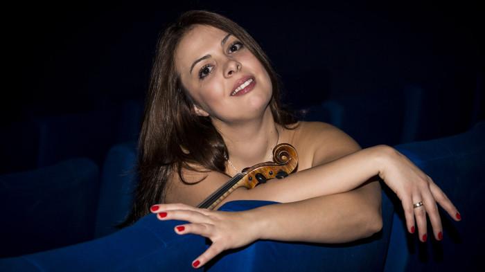 Geigerin-Julia-Amirova-Violinistin-Geige
