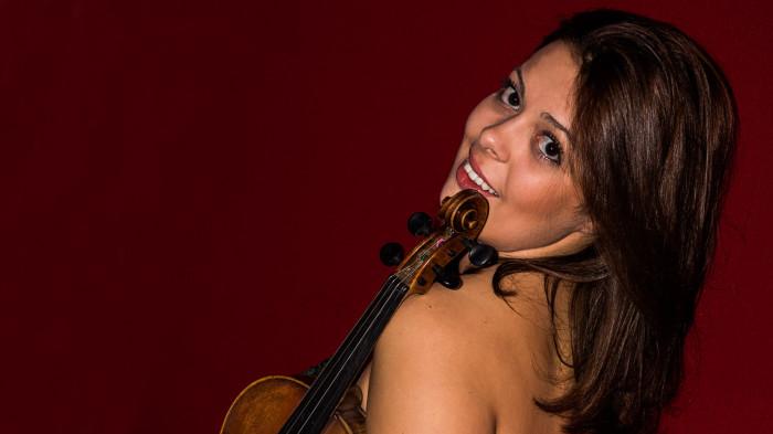 Julia_Amirova_Geigenspielerin_Violine_ihr_Auftritt