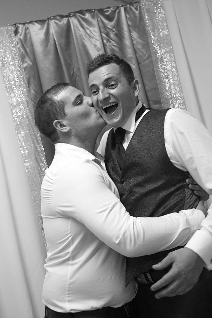 Kuss für den Bräutigam